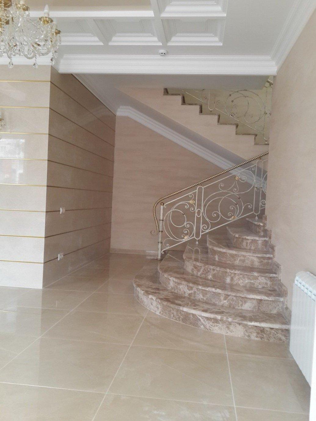 Мраморная лестница офис классический стиль