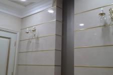 Светлый натяжной потолок офис классичсеский стиль