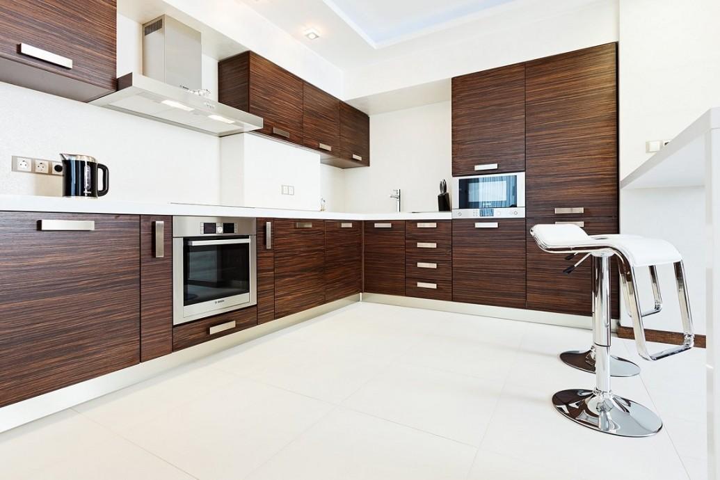 Темно-коричневый шпон на кухне квартиры для парня
