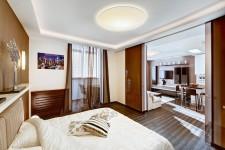 Зонирование спальни и гостиной раздвижной стеклянной дверью