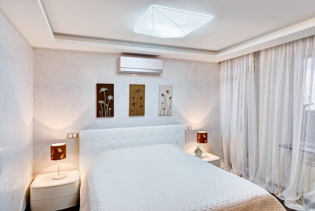 Белая спальня квартиры-студии для парня