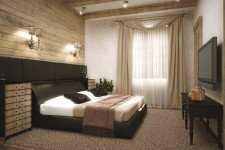 Деревянные панели на стене спальни дома