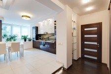 Светлая белая кухня квартира-студия