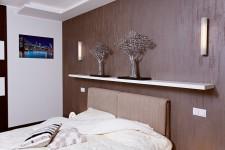 Темная отделка спальни квартиры-студии