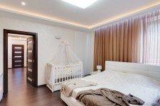 Белая светлая спальня для девушки современный стиль