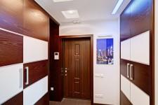 Светлый коридор квартиры-студии