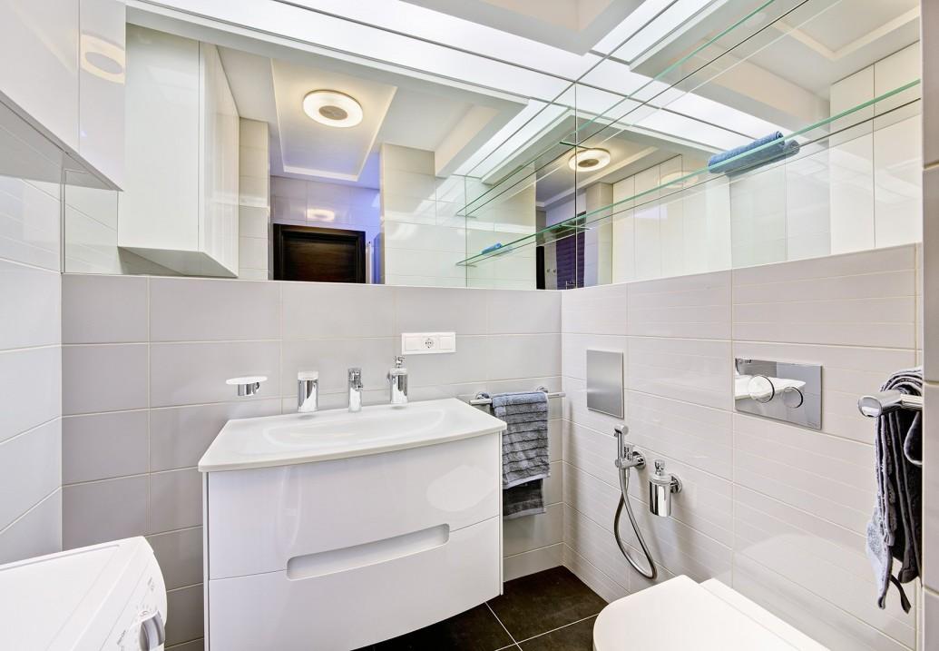Светлая белая ванная угловое зеркало