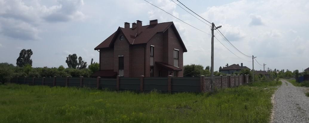 Дом из красного кирпича с терассой