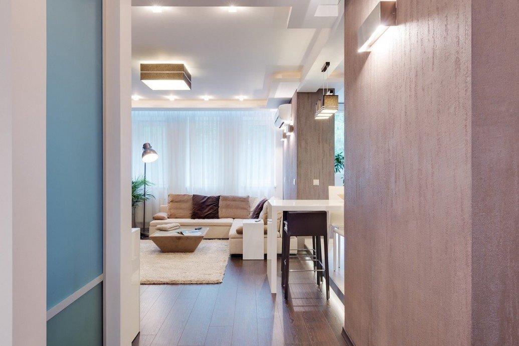 Светлая гостиная большие гардины современный стиль