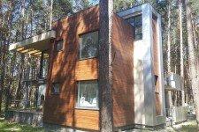 Дом облицовка коричневым термодеревом плоская крыша