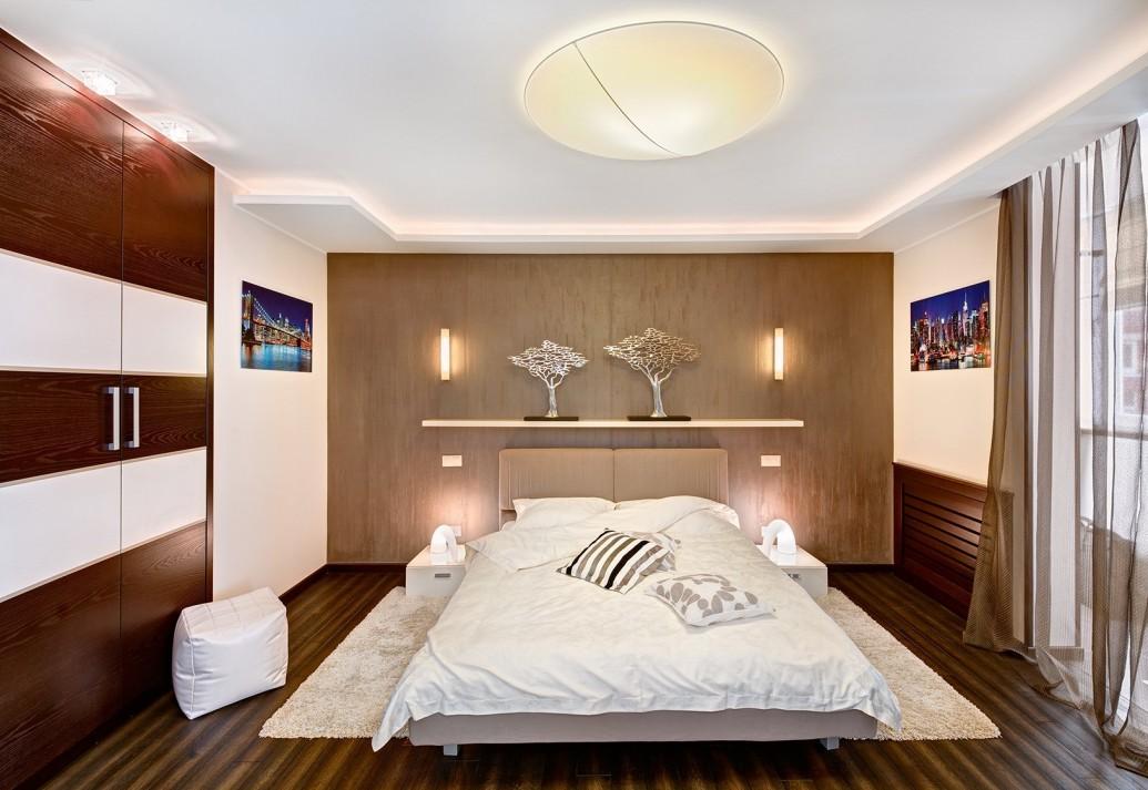 Светлая спальня квартиры-студии