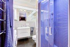 Светлая ванная стильной квартиры-студии