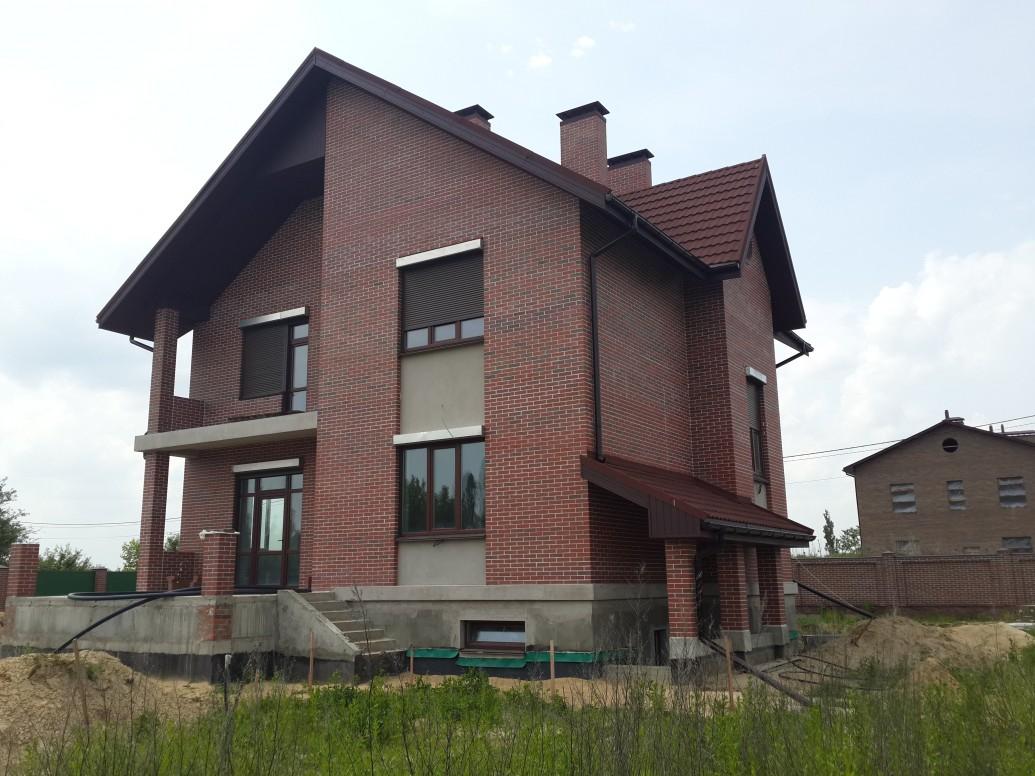 Дом красный кирпич фасадная штукатурка